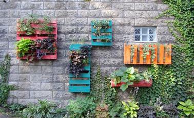 Le mur végétal c'est tendance ! Réalisez le votre avec des palettes. C'est facile, pas cher et ultra déco pour mettre des fleurs et de la couleur sur les murs du jardin !