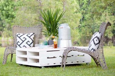 Une déco à l'ambiance exotique dans le jardin avec une table basse en palette et ses chaises en rotin ! Une idée d'aménagement facile à réaliser pour les beaux jours