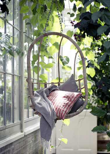 Pour parfaire la déco extérieur, installer un fauteuil suspendu en rotin dans le jardin ou sur la terrasse c'est une bonne idée déco originale et pleine de charme !