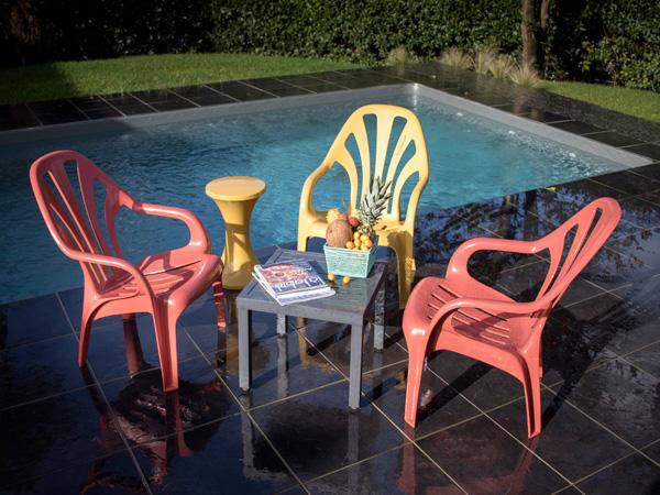 Les chaises colorées prennent place au bord de la piscine pour une déco extérieur design et tendance