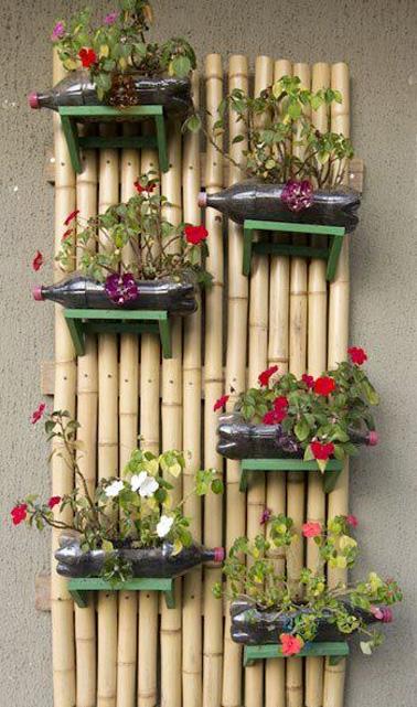 Voilà une bonne idée pour parfaire la déco extérieur ! Réalisez un mur végétal en bambou grâce à des bouteilles en plastique de récup, idéal pour le jardin ou la terrasse !