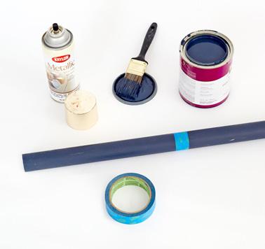 Peignez les quatre baguettes en bois avec de la peinture aux couleurs de votre choix afin de réaliser un porte manteau chic et élégant pour la déco de l'entrée.