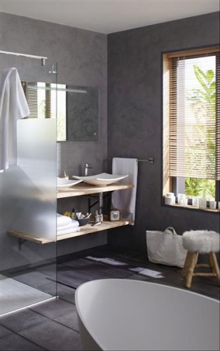 Une tag re sous plan vasque dans une petite salle de bain - Petite etagere salle de bain ...