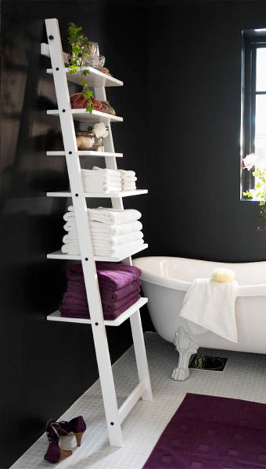 une chelle en guise d 39 tag re dans la petite salle de bain. Black Bedroom Furniture Sets. Home Design Ideas
