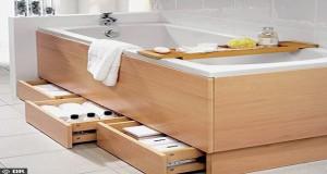 des rangements sous la baignoire de la petite salle de bain. Black Bedroom Furniture Sets. Home Design Ideas
