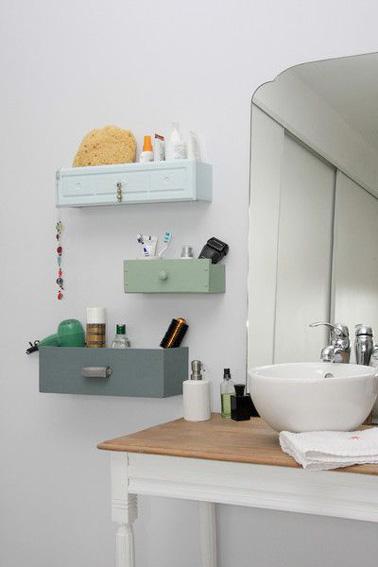 Des rangements d co aux murs d 39 une petite salle de bain for Petite salle de bain deco