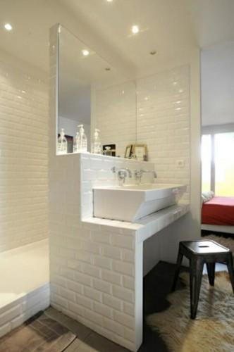 la paroi comme espace rangement dans la petite salle de bain. Black Bedroom Furniture Sets. Home Design Ideas