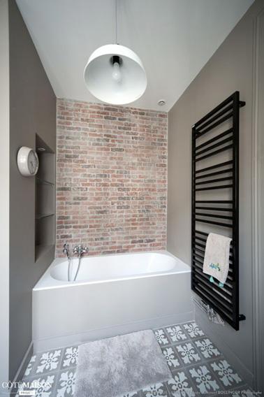 une petite salle de bain taupe avec niche de rangement. Black Bedroom Furniture Sets. Home Design Ideas