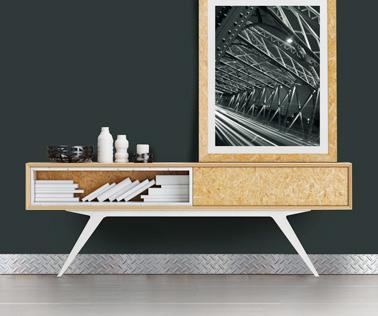 Dans un salon design, poser des plinthes PVC à l'effet métallique c'est top pour habiller les murs et donner du style à la pièce ! Voilà une déco design assurée dans le salon