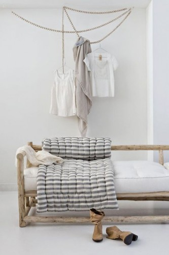 un portant v tement en perles accrocher au plafond. Black Bedroom Furniture Sets. Home Design Ideas