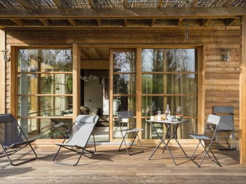 chaises et fauteuils de jardin se retrouvent sur cette jolie terrasse ...