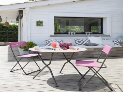 table et chaise bistrot sur terrasse bois deco exterieur. Black Bedroom Furniture Sets. Home Design Ideas