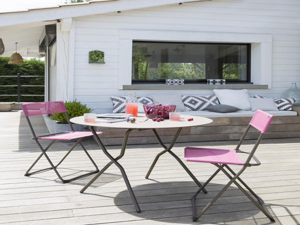 Table et chaise bistrot sur terrasse bois deco exterieur for Table chaise exterieur