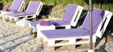 des transats en palette pour l 39 am nagement de la piscine. Black Bedroom Furniture Sets. Home Design Ideas