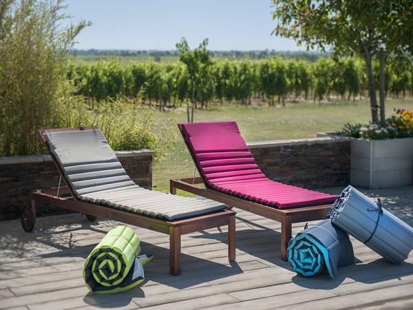 Transats-De-Jardin-Colores-Pour-Piscine-Deco-Exterieur |