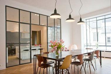 Un espace qui ne manque pas de classe et qui paraît doublé grâce à l'aménagement d'une verrière d'intérieur séparant la cuisine design d'un grand salon moderne !