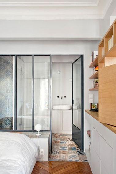 Place à la luminosité dans cette suite parentale où la lumière est au rendez-vous dans la salle de bain grâce à l'aménagement d'une verrière intérieure ultra tendance