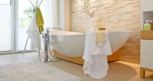 Une salle de bain sous comble avec une baignoire lot for Peinture baignoire resinence