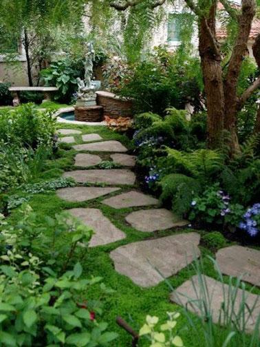 Un pas japonais fait avec des pierres de différentes formes, sous une ombrage propice à un doux repos, qui mène vers une fontaine, vers un espace tranquille.