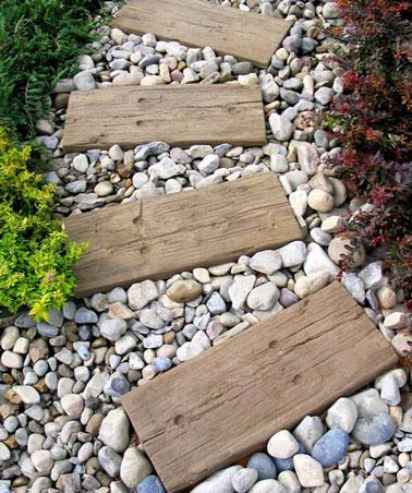 Une all e de jardin en palette sur du gravier de couleur - Faire une allee de jardin en gravier ...
