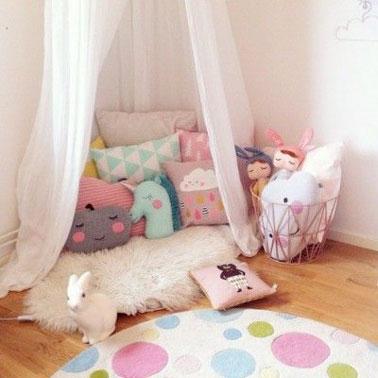 Pour les petits moments de fatigue, aménager un coin détente dans la salle de jeux enfant c'est une bonne idée. Ici, mademoiselle est ravie du coin spécial princesse