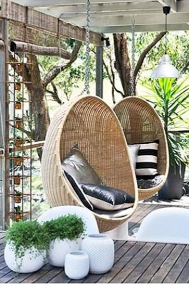 am nager la terrasse d co avec un fauteuil suspendu en rotin. Black Bedroom Furniture Sets. Home Design Ideas