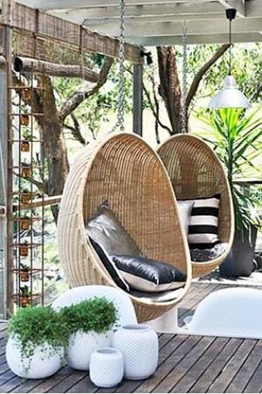 Le fauteuil suspendu, une idée brillante pour aménager une terrasse chaleureuse, originale où il fait bon vivre ! Idéal pour se reposer et se balancer au gré du vent