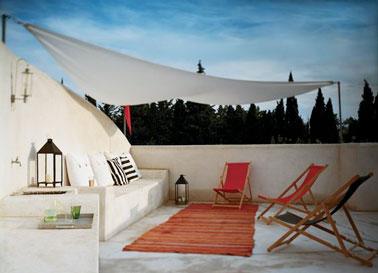 Le voile d'ombrage, une idée tendance pour embellir la terrasse, se protéger du vis à vis et du soleil ! Une terrasse déco et intime pour profiter de l'extérieur