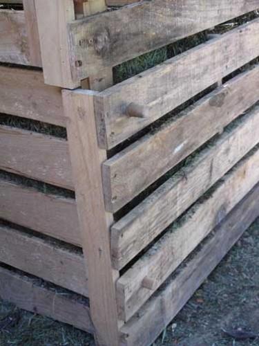 Le bas du composteur est amovible et fixé par des chevilles en bois. Ici, elles ont été taillées dans un vieux manche à balais de manière à ce qu'elles soient de bon diamètre. Si vous achetez les chevilles, choisissez une qualité de bois solide.