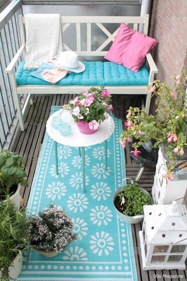 Ambiance colorée sur le balcon avec un mariage frais de couleurs ! Ici, on mixe bleu turquoise et rose bonbon pour une déco qui en jette à coup sûr à l'extérieur