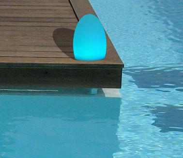 Des boules lumineuses pour sa d co ext rieure for Boules lumineuses piscine