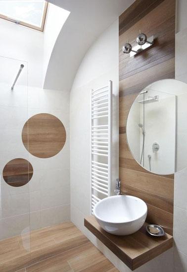 10 petites salles de bain pleines d astuces d co for Parquet flottant dans une salle de bain