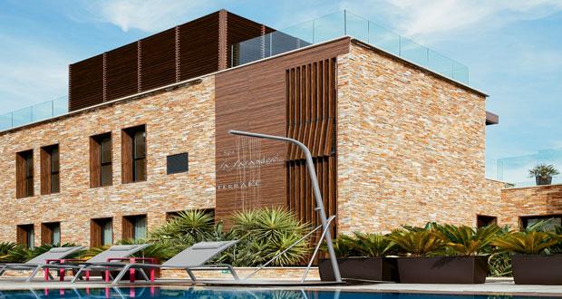 Pour profiter du soleil près de la piscine ou dans le jardin, la nouvelle gamme de chaises longues et douche extérieure de la marque leader en mobilier de jardin Fermob