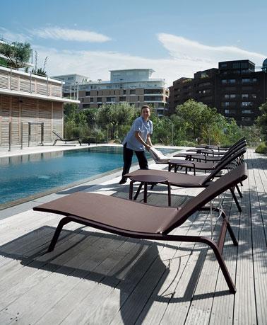 Chaises longues de jardin en aluminium et toile fermob for Chaises longues de piscine
