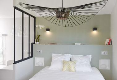 Une chambre la d co moderne avec une verri re int rieure for Deco de chambre adulte moderne