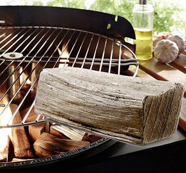 Faire un tas de bois torréfié au centre du barbecue, mettre un allume-feu et attendre la formation de braises uniformes avant d'installer la grille