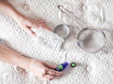 Pour se débarrasser des odeurs tenaces du matelas, concocter son désodorisant avec divers produits naturels, bicarbonate de soude, tea tree, argile blanche, vinaigre, etc...