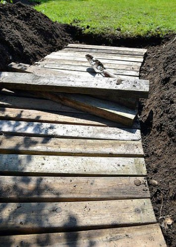 Pour poser les planches, prendre la forme de la planche, une fois prise, la retirer puis avec une pelle retirer la couche de terre en glissant la bêche par dessous.