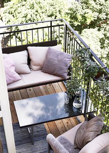 Ambiance cosy sur le balcon décoré d'accessoires de couleurs pastel ! Une déco qui donne envie de se reposer tout l'après-midi au soleil sur les coussins rose pastel