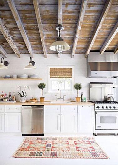 Pour une déco élégante et lumineuse dans la cuisine, le blanc s'associe à des couleurs naturelles. Une cuisine blanche pleine de charme décorée d'un joli tapis