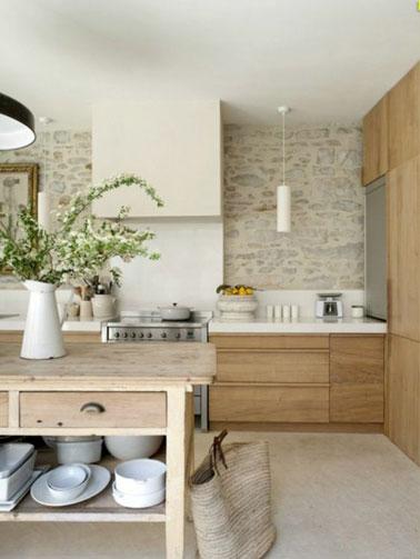 Ilot De Cuisine En Vieux Bois : Des tons naturels pour cette cuisine en bois aux murs en pierres
