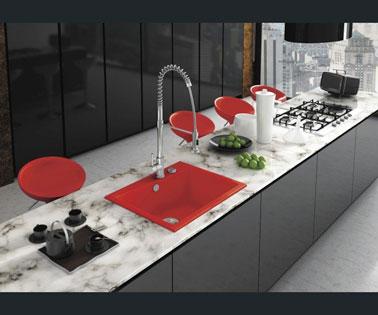 une cuisine moderne noire et rouge avec lot central en marbre. Black Bedroom Furniture Sets. Home Design Ideas