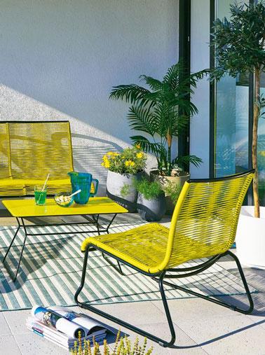 Le jaune, couleur du soleil, fait la déco et apporte de la bonne humeur sur le balcon ! Des fauteuils à fil jaune fluo pour un été sous le signe de la joie