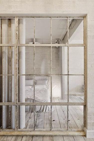 Détente et cocooning la déco chambre aux couleurs naturelles laissant entrer la lumière grâce à une cloison coulissante vitrée qui donne un charme à la pièce !