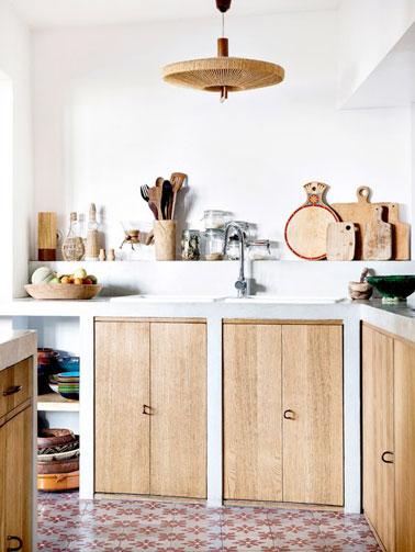 d co cuisine blanche avec des placards en bois