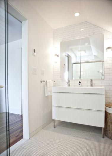 La petite salle de bain shabille totalement de blanc avec son meuble