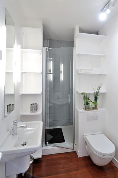 des niches de rangements dans une petite salle de bain blanche