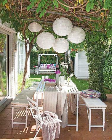 Une terrasse où l'intimité est préservée grâce à la tonnelle de verdure protégeant également des rayons du soleil. Une déco unique et pleine de charme dans le jardin