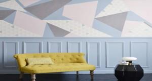 Sublimez un pan de mur du salon grâce à ce DIY déco ! Une déco murale colorée aux formes graphiques réalisée avec du papier peint pour un intérieur tendance