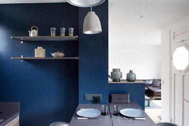 Les murs de la cuisine misent sur la couleur peinture bleu canard mêlé à des touches de beige et de gris ! De la couleur pour booster la pièce pour une cuisine à la déco chic